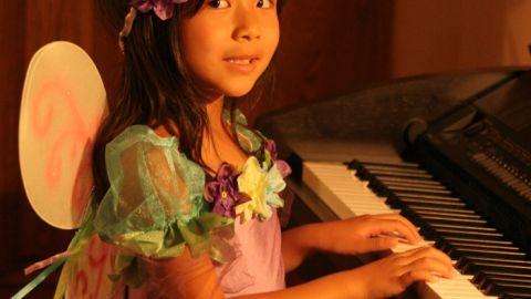Cô tiên xanh chơi piano
